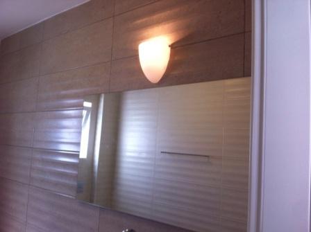 אריחים ותאורת יום בסיום שיפוץ חדר אמבטיה