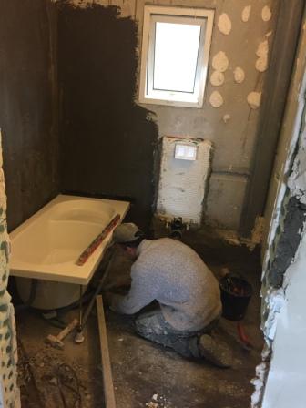 התקנת הכיור והרצפה בחדר האמבטיה