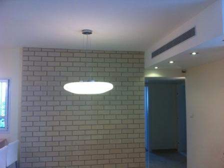 קיר מעוצב בסלון הדירה המשופצת