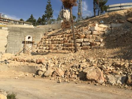 שיפוצים בירושלים - בעיצומו של שיפוץ קיר תמך ביהח הרצוג